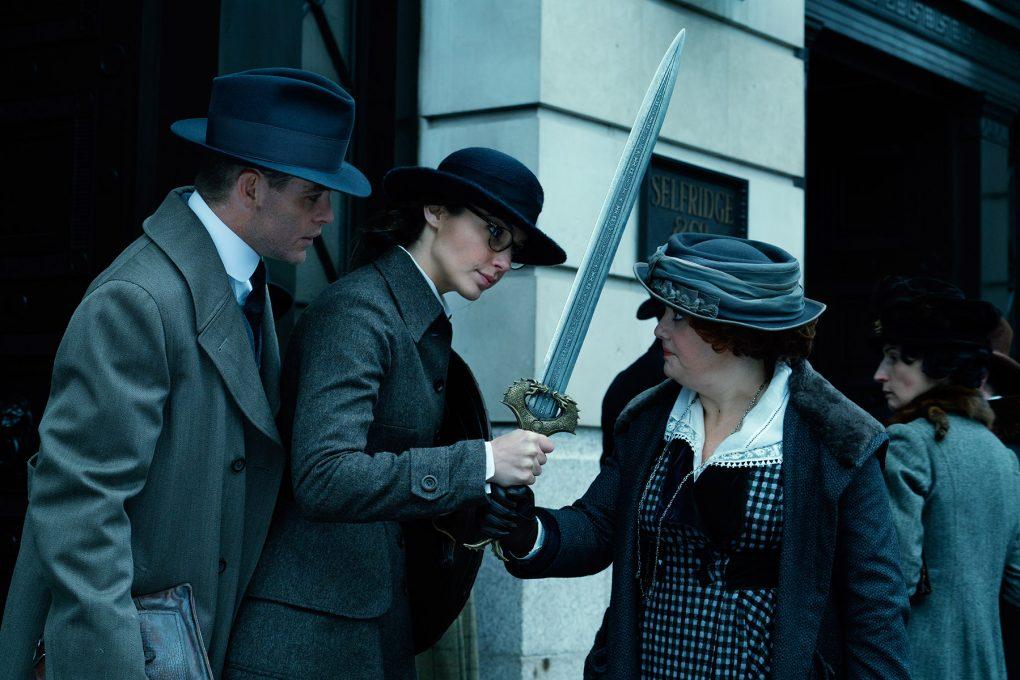 Steve Trevor (Chris Pine), Diana (Gal Gadot) und Steves Sekretärin Etta (Lucy Davis), Wonder Woman © Warner Bros.