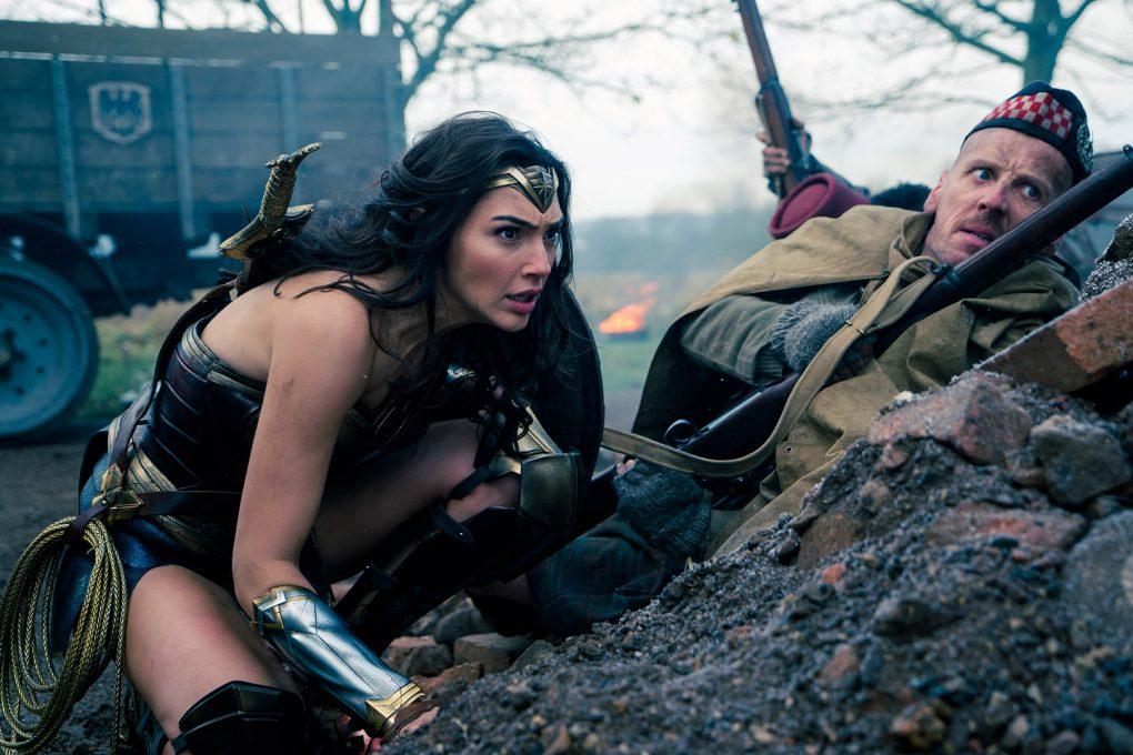 Wonder Woman: Diana (Gal Gadot) am Schlachtfeld mit Charlie (Ewen Bremner), © Warner Bros.